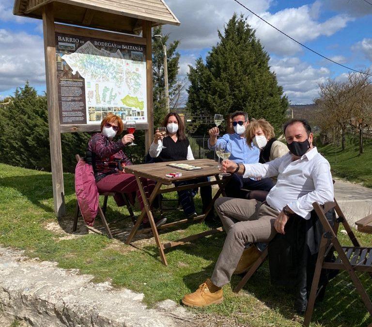 Clientes disfrutando de la terraza de La Zarcera, en Baltanás